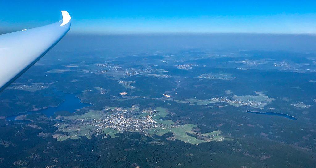 Blauer Himmel ohne Cumuluswolken prägte auch den Blick über das Erzgebirge. Im Bild die Ortschaft Eibenstock mit der aufgestauten Zwickauer Mulde. Foto: Stefan Harries